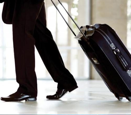 Uomo con valigia